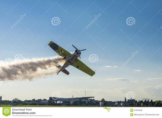 aereo-di-acrobazia-con-fumo-41875632.jpg